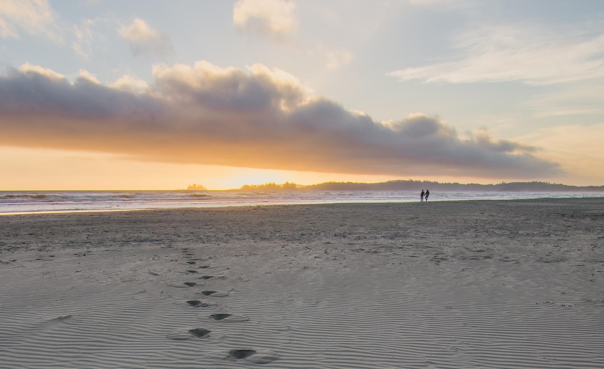 tofino beach romantic couple